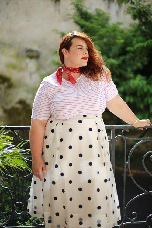 Полная девушка блогер в юбке миди в горошек и полосатой футболке