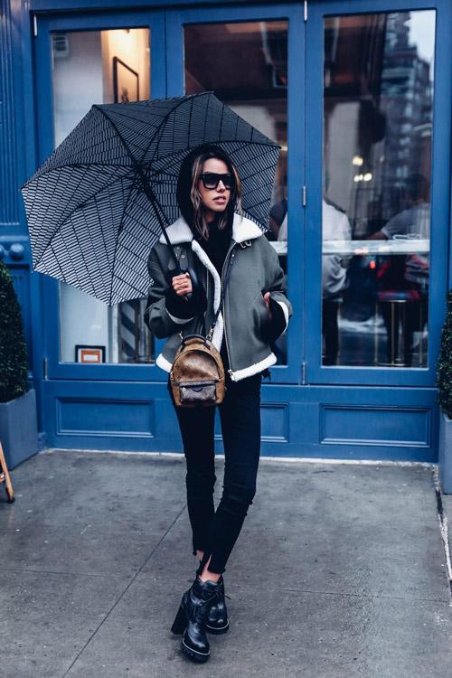 Девушка в ботинках на платформе, дубленке и черных брюках - фото thevivaluxury.com
