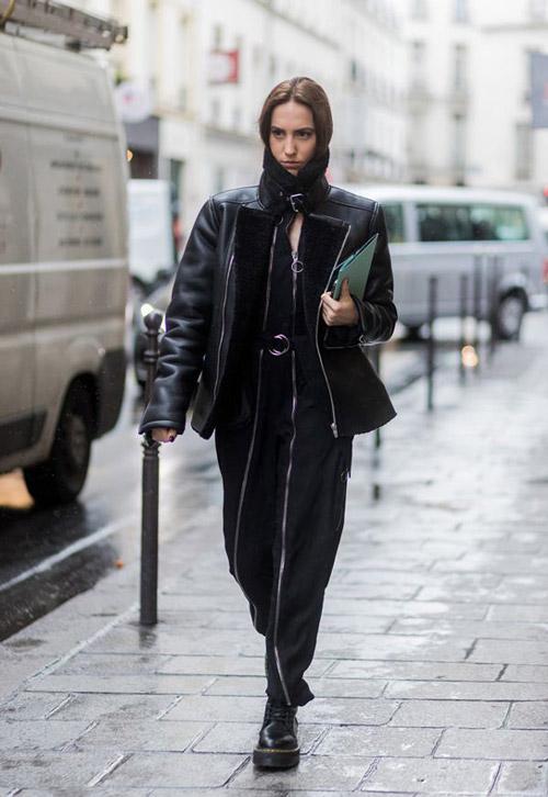 Девушка в черном комбинезоне, дубленке и ботинках