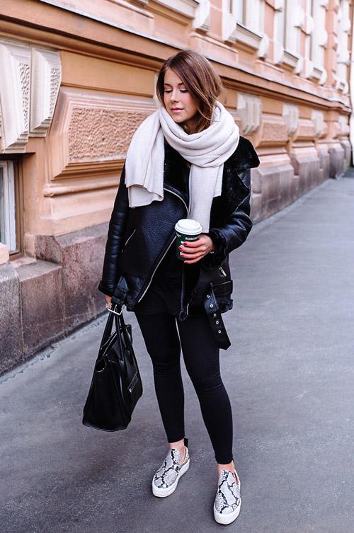 Девушка в черной дубленке, леггинсах и питоновых слипонах - фото mariannan.com