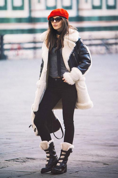 Девушка в джинсах скинни, ботинках, черной дубленке и красном берете - фото cliqueimg.com