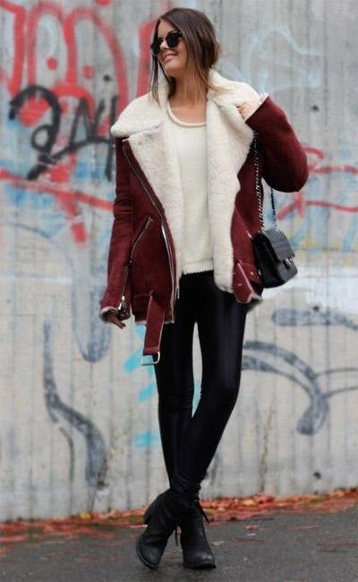 Девушка в кожаных брюках, дубленке и ботинках
