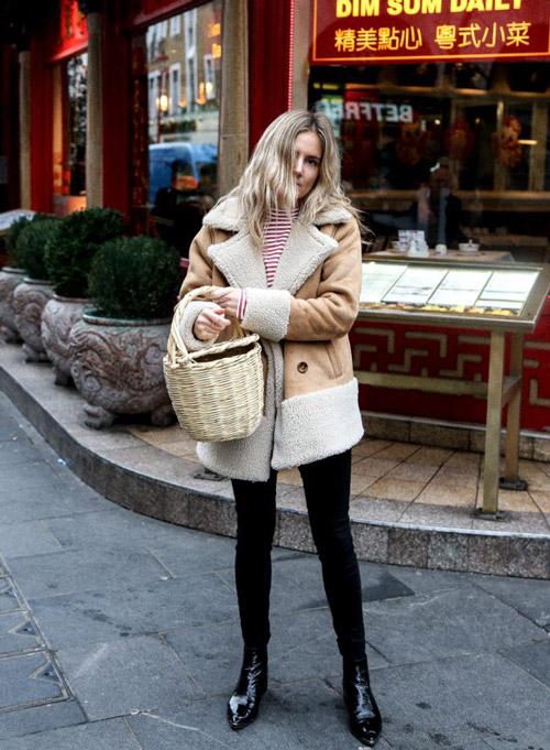 Девушка в светлокоричневой дубленке, джинсах скинни и ботильонах - фото fashionmenow.co.uk