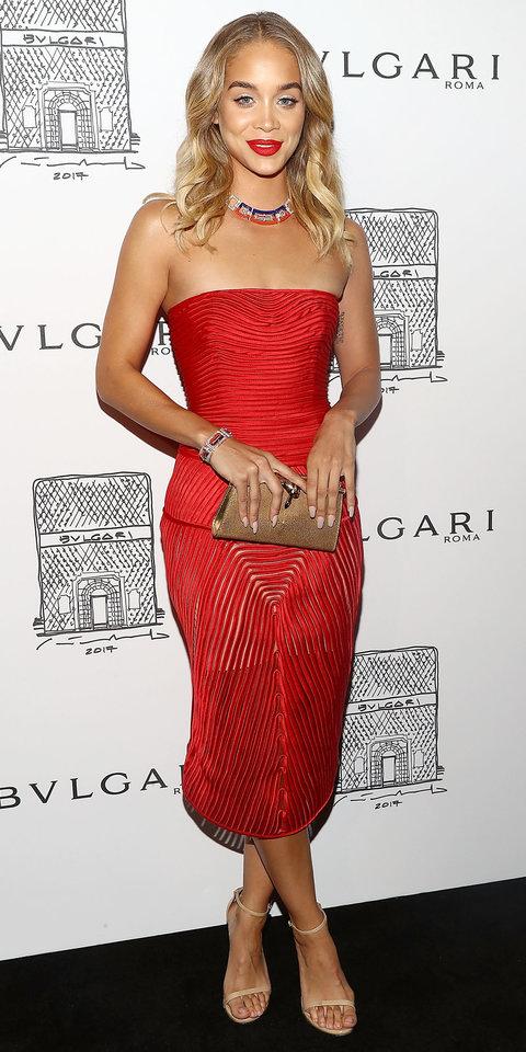 Джасмин Сандерс в структурированном красном платье и босоножках телесного цвета