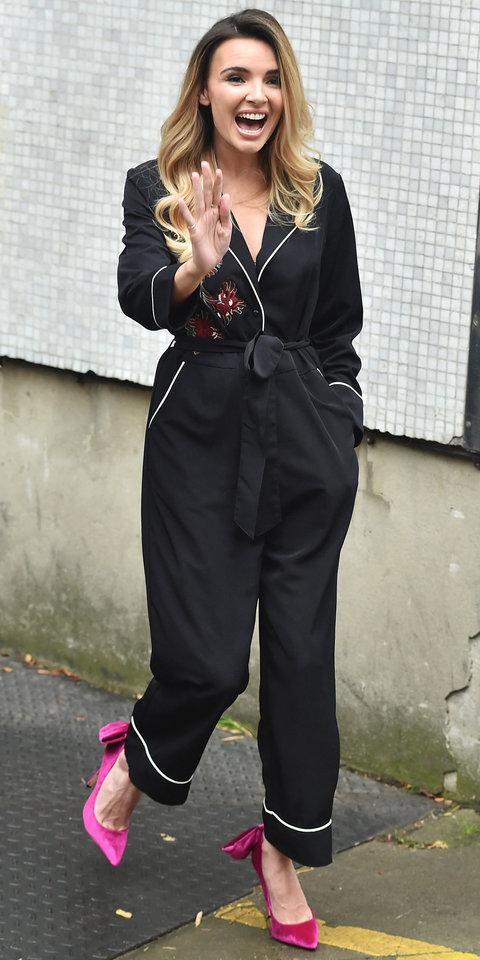 Надин Койл в черном пижамном костюме и лодочках цвета фуксия
