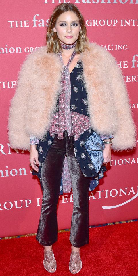 Оливия Палермо в бархатных брюках и светлой шубе