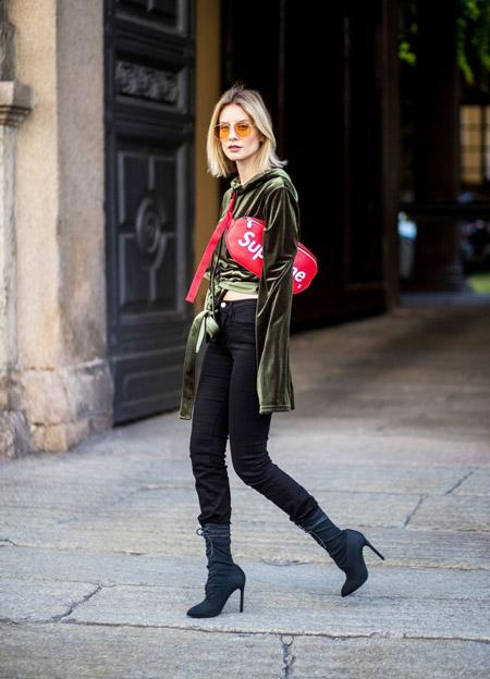 Девушка в бархатной блузке, джеггинсы и красная поясная сумка