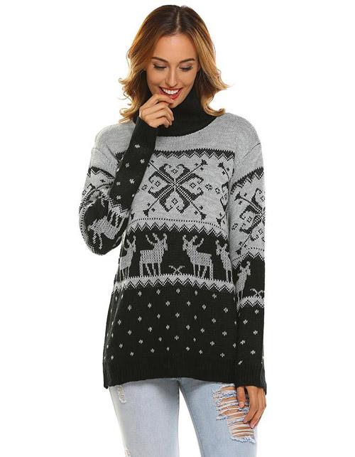 Девушка в черно сером свитере с оленями