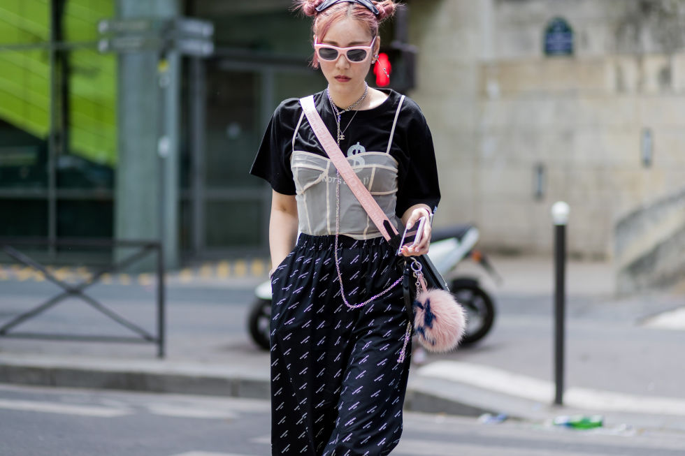 Девушка в черной футболке, юбка и топ, меховой аксессуар