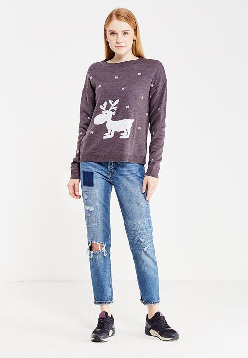 Девушка в джемпере с оленем и джинсах