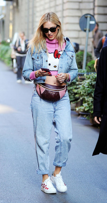 Девушка в джинсах бойфрендах, джинсовая куртка и кожаная поясная сумка