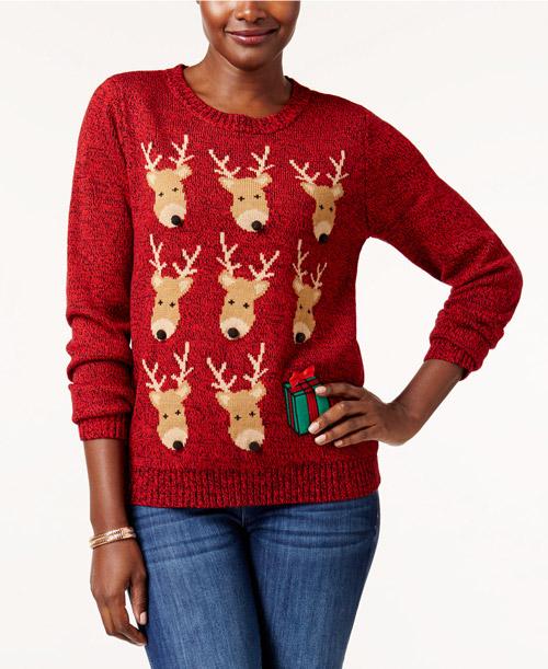 Девушка в красном новогоднем свитере с оленями