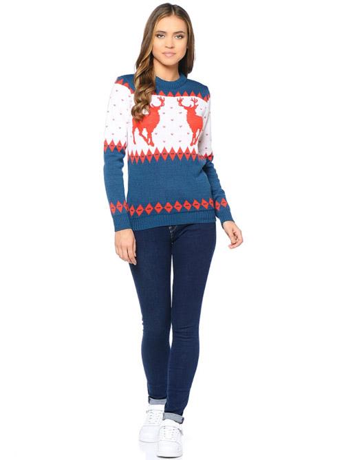 Девушка в сине белом свитере с оленями