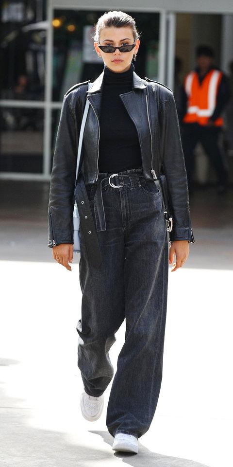 Джорджия Фоулер в широких джинсах, кожаной куртке и водолазке