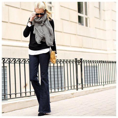 Эми Джексон в джинсах клеш , черный свитшот и платок в клетку