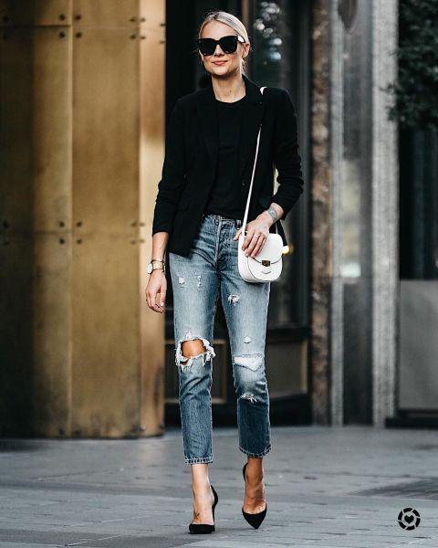Эми Джексон в рваных джинсах, черная футболка и пиджак