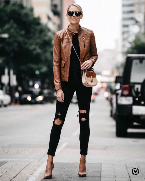 Эми Джексон в рваных джинсах, черная майка, коричневая кожная куртка