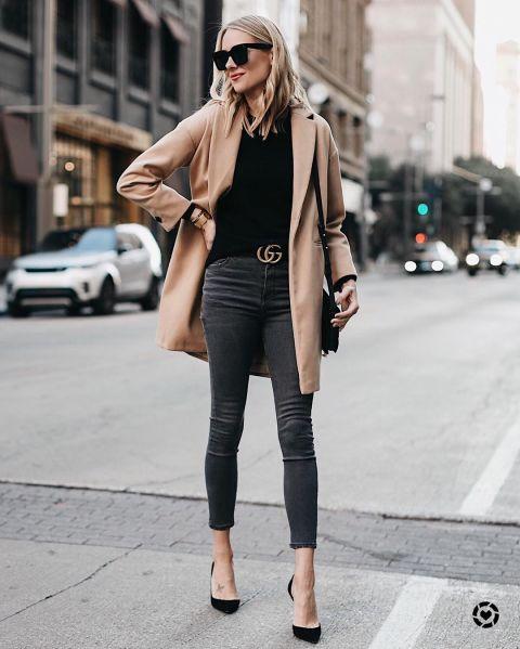 Эми Джексон в серых джинсах, черная майка и бежевое пальто