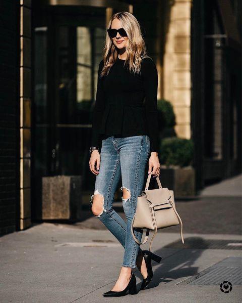 Эми Джексон в синих рваных джинсах, черная футболка