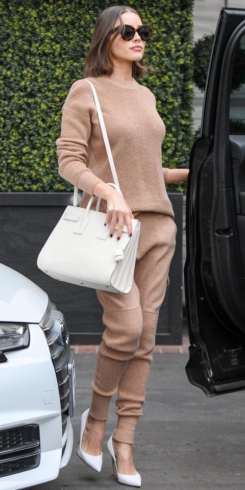 Оливия Калпо в кашемировом джемпере, брюках и белых лодочках
