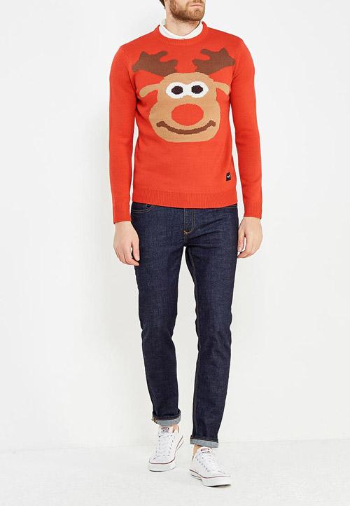 Парень в оранжевом свитере с оленем