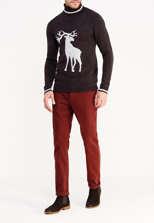 Парень в темном свитере с принтом оленя