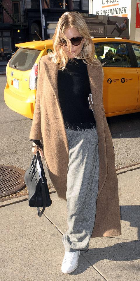 Сиенна Миллер в широких брюках, пальто и белых кроссовках