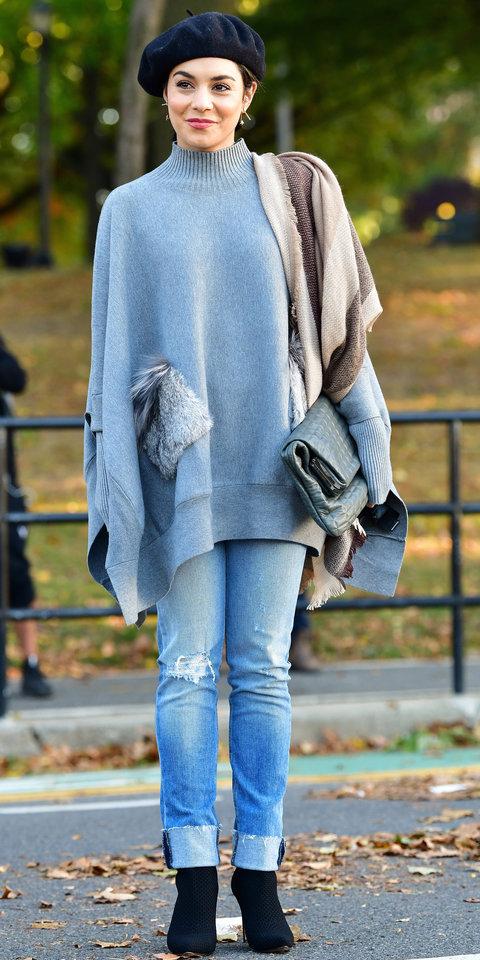 Ванесса Хадженс в подвернутых джинсах, большом свитере и красивом берете