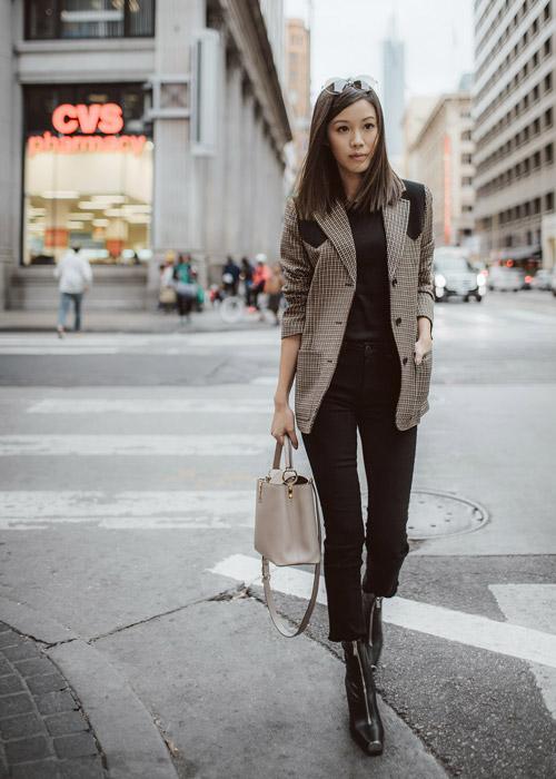 Девушка в черных брюках и клетчатом пиджаке