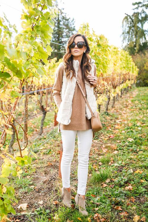 Девушка в светлых брюках, кофте и жилетке