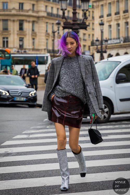Девушка в бордовой мини, сером свитере и пиджаке