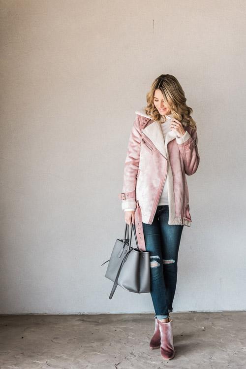 Девушка в джинсах и пастельного цвета куртке