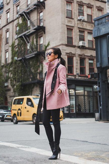 Девушка в черных ботильонах, джеггинсах и лиловой куртке
