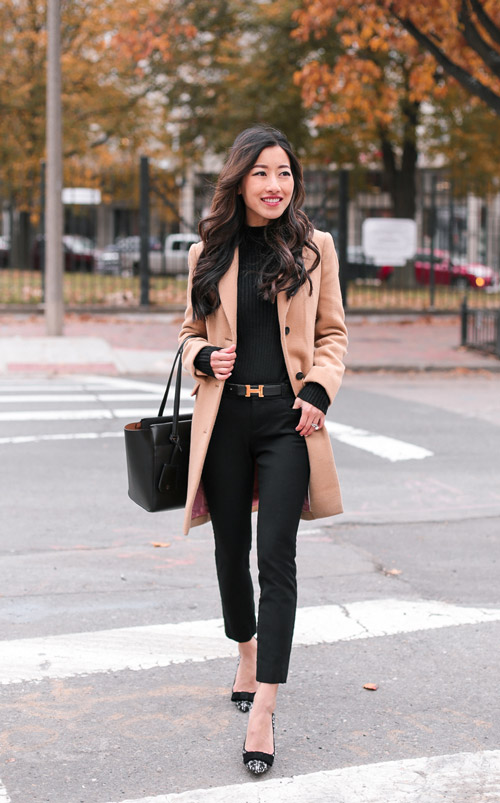 Девушка в черных брюках, водолазке и пальто цвета кемал