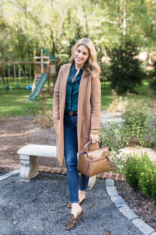 Девушка в синих джинсах, пальто и блузе