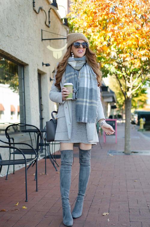 Девушка в ботфортах, пальто и с шарфом на шее
