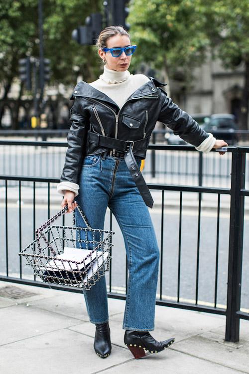Девушка в джинсах, ботильонах и кожаной куртке