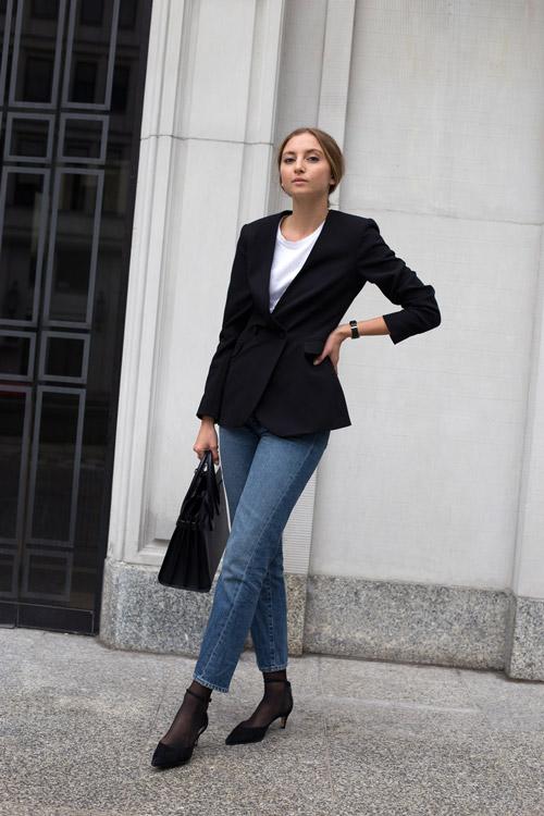 Девушка в укороченных джинсах и черном жакете