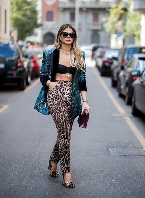 Девушк в брюках с леопардовым принтом и зеленый пиджак с принтом, туфли