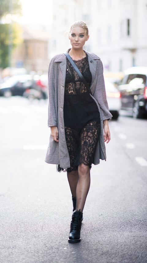 Девушка в черном кружевном платье и серый плащ, черные ботинки а шнуровке