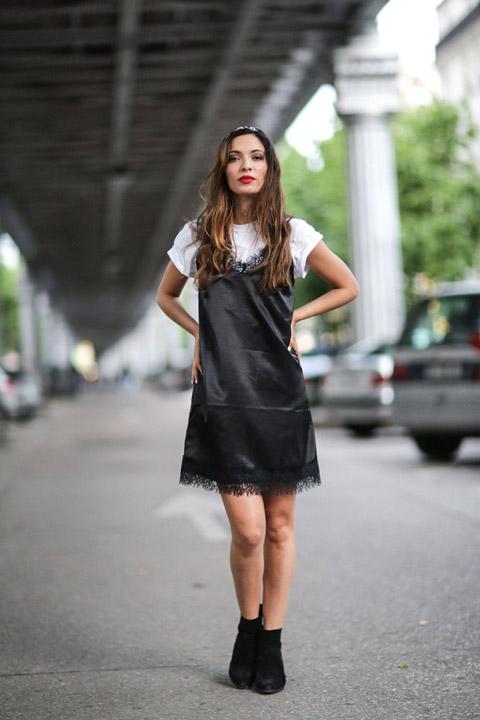 Девушка в черном плтье комбинация и белой футболке