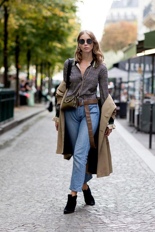 Девушка в джинсах, клетчатой рубашке и с ремнем на поясе