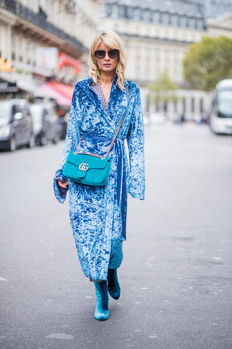 Девушка в голубом бархатном платье, сумочка в тон и замшевые ботильоны