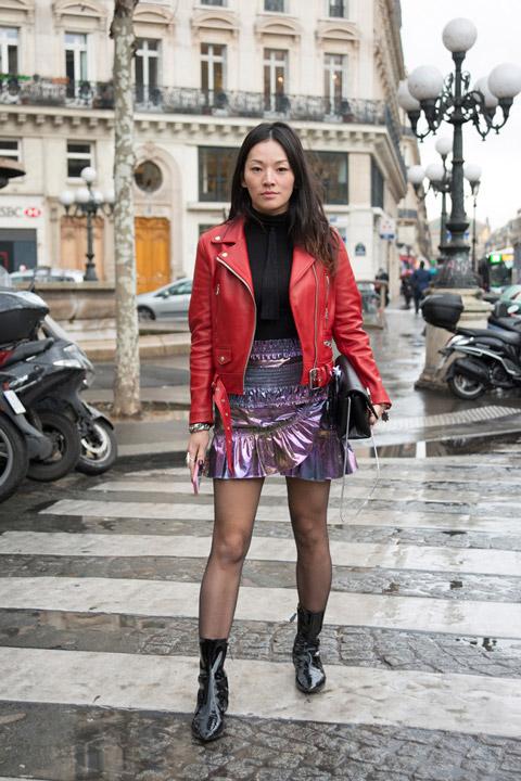 Девушка в металлической мини юбке. черная водолазка и красная кожаная куртка
