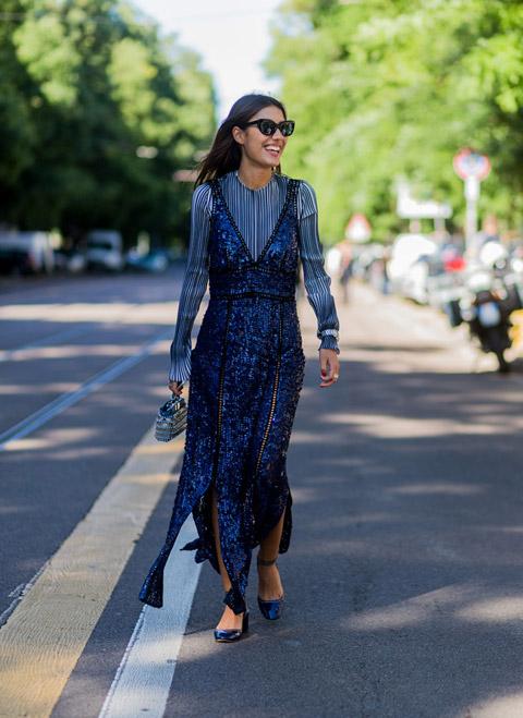 Девушка в рубашке в ионкую полоску и длинное платье с паетками