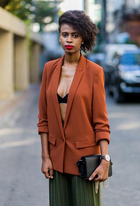 Девушка в широких брюках в полоску и оранжевый пиджак оверсайз