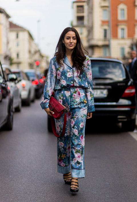 Девушка в синей пижаме с цветочным принтом, красная сумка и черные туфли