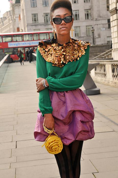 Фиолетовая юбка и зеленая блузка с золотыми пайетками