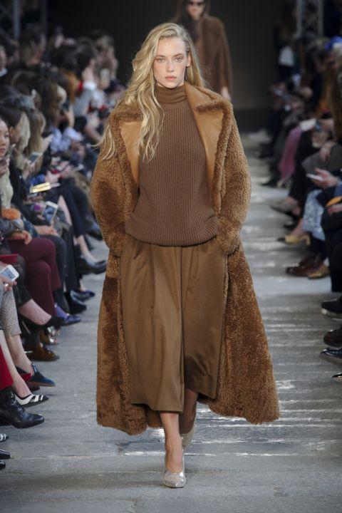 Модель max mara в куртке из овечьей шерсти