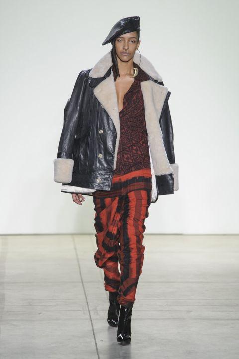 Модель nicholas-k в куртке из овечьей шерсти